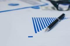 Het rapport van de bedrijfsgrafiekanalyse stock foto's