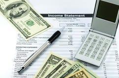 Het rapport van de inkomensverklaring met calculator, pen en usd geld voor B Stock Afbeeldingen