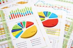 Het Rapport van de verkoop in Cijfers, Grafieken en Grafieken Stock Foto's
