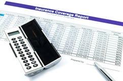 Het rapport van de verzekeringsdekking met calculator en pen Stock Fotografie
