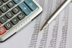 Het rapport van financiën met pen en calculator Stock Foto
