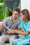 Het Rapport van tandartsand patient reading Stock Foto