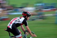 Het ras van de achtergrond fiets onduidelijk beeld stock afbeelding