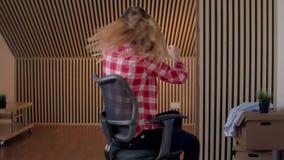 Het ras van de bureaustoel Langzame Motie De jonge vrouw heeft pret in het bureau tijdens een onderbreking stock video