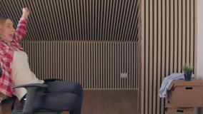 Het ras van de bureaustoel Langzame Motie Het jonge paar heeft pret in het bureau tijdens een onderbreking stock video