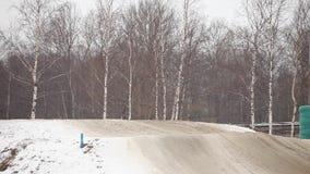 Het ras van de de wintermotocross stock videobeelden