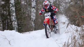 Het ras van de de wintermotorfiets stock footage