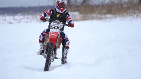 Het ras van de de wintermotorfiets stock videobeelden