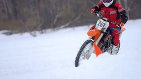 Het ras van de de wintermotorfiets stock video