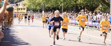 Het Ras van de Looppas van de Marathon van jonge geitjes royalty-vrije stock afbeeldingen