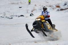 Het ras van de sportsneeuwscooter op spoor Royalty-vrije Stock Foto's