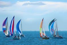 Het ras van de zeilboot met kleurrijke zeilen Royalty-vrije Stock Foto