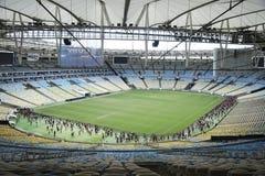 Het ras van Flamengoventilators bij het stadion Maracanã stock fotografie