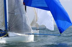 Het ras van het jacht bij regatta royalty-vrije stock fotografie