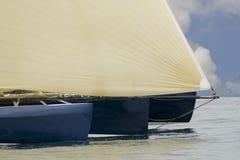 Het ras van het jacht bij regatta stock afbeeldingen