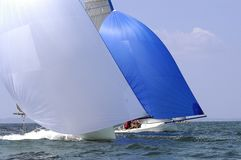 Het ras van het jacht bij regatta stock afbeelding