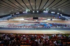 Het rasspoor van de cyclus bij stadion stock afbeelding
