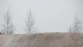 Het rassprongen van de de wintermotocross op motorfiets stock footage