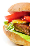 Het realistische kijken halve hamburger Stock Afbeeldingen