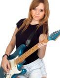 Het rebelse meisje dat van de tiener elektrische gitaar speelt Stock Foto