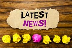 Het Recentste Nieuws van de handschrifttekst Concept voor Vers Huidig Nieuw die Verhaal op kleverige notadocument herinnering, ho royalty-vrije stock foto's
