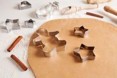 Het recept van de het deegvoorbereiding van peperkoekkoekjes met Royalty-vrije Stock Foto's