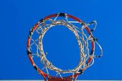 Het recht van de basketbalhoepel na het schieten stock afbeelding