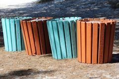Het recycling kan geschilderde heldere kleuren eraan herinneren de mensen om het gebruiken van juist te recycleren kunnen stock foto's