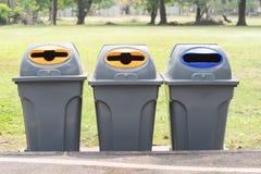 Het recycling van bak bij openbaar park Concept milieuprotecti royalty-vrije stock foto's