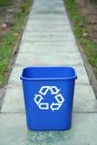 Het recycling van bak in het midden van een weg stock foto's