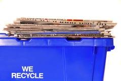 Het recycling van bak met kranten Stock Foto's