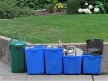 Het recycling van emmers op stoep Stock Foto's