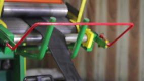 Het recycling van rubber in een grote onderneming stock videobeelden