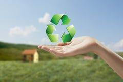 Het recycling van symbool op een vrouwelijke hand. Royalty-vrije Stock Afbeeldingen