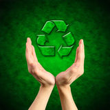 Het recycling van symbool op hand Stock Foto