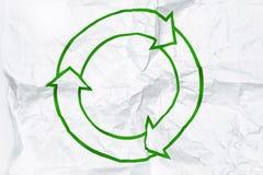 Het recycling van symbool op wit verfrommeld document Stock Foto's