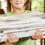 Het recyclingskranten van het meisje royalty-vrije stock afbeelding