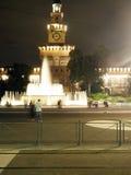 Het redactiekasteel Milan Italy van Sforza van de fonteinnacht Stock Afbeeldingen