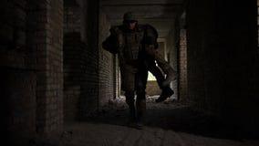 Het redden van mensenlevens van de legermilitair van verwonde wapenbroeder stock footage