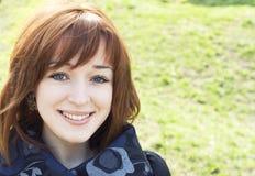 Het Redheaded meisje glimlachen Royalty-vrije Stock Afbeelding