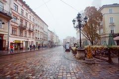Het regenachtige weer bij centraal Marktvierkant met lamposts en cobbled straten Royalty-vrije Stock Fotografie
