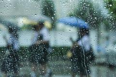 Het regenen en paraplu Royalty-vrije Stock Afbeeldingen