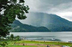 Het regenen over de heuvels en de bergen en een meer royalty-vrije stock foto