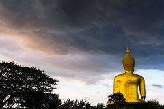 Het regenende Grote standbeeld van Boedha in Wat muang, Thailand stock afbeeldingen