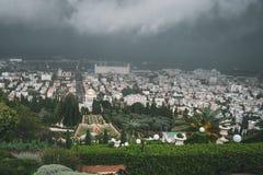Het regenonweer en de zware wolken over Haifa de stad in, de mening van Haifa met de zeehaven, haven, industriezone, Bahai tuinie royalty-vrije stock foto's