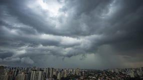 Het regent zeer sterk in de stad van Sao Paulo royalty-vrije stock foto