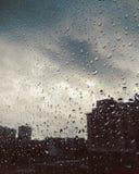 Het regenvenster laat vallen binnenweerdroefheid royalty-vrije stock foto