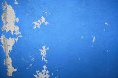 Het regenwater lekt op het plafond veroorzakend schade, pellend verf en beschimmeld blauwe muurtextuur en lege ruimte voor tekst royalty-vrije stock foto