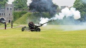 104 het regiment Royal Artillery steekt een 21 Kanonbegroeting in brand royalty-vrije stock afbeelding