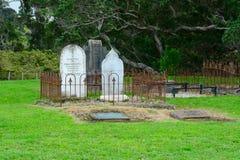 Het regionale park van het Mahurangiwesten, Mahurangi, Nieuw Zeeland - 19 Mei 2019 Te Muri-het kerkhof van de urupakolonist stock foto